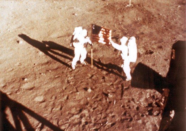 Neil Armstrong y Buzz Aldrin en la Luna con la bandera estadounidense