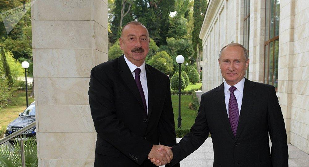 El presidente de Rusia, Vladímir Putin con su colega de Azerbaiyán, Ilham Aliyev