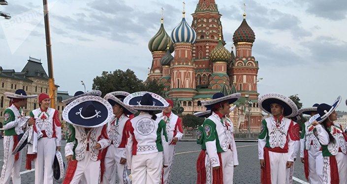 Los Delfines están integrados por jóvenes de entre 12 y 16 años. El resto de la Banda Monumental lo forman mariachis, artistas y bailadores profesionales. La ilusión de los Delfines es máxima.