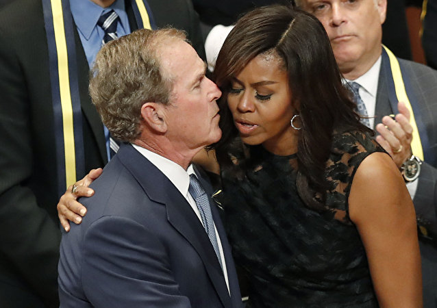 George Bush y Michelle Obama, foto de archivo