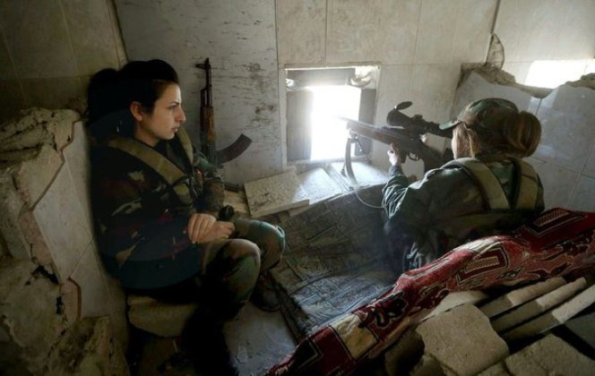 Combatientes de una de las unidades femeninas de la Guardia Republicana de Siria luchan contra los radicales en las afueras de Damasco con el fusil MTs-116M (archivo)