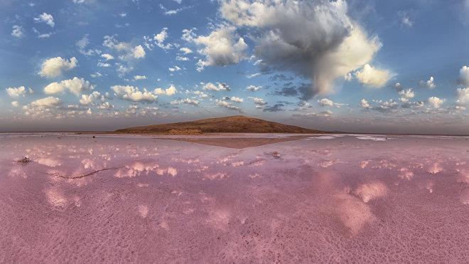 El lago rosado Koyashskoye en Rusia