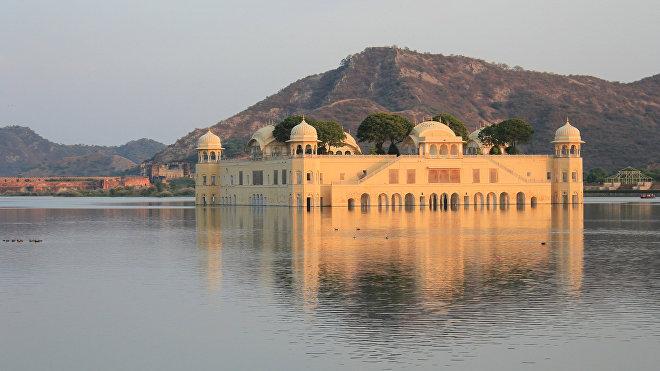 El palacio en el lago Man Sagar en la India