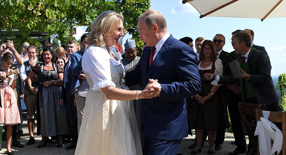 Vladímir Putin, presidente de Rusia, baila con Karin Kneissl, ministra de Exteriores de Austria (archivo)