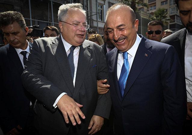 El canciller griego Nikos Kotzias y el canciller turco Mevlut Cavusoglu