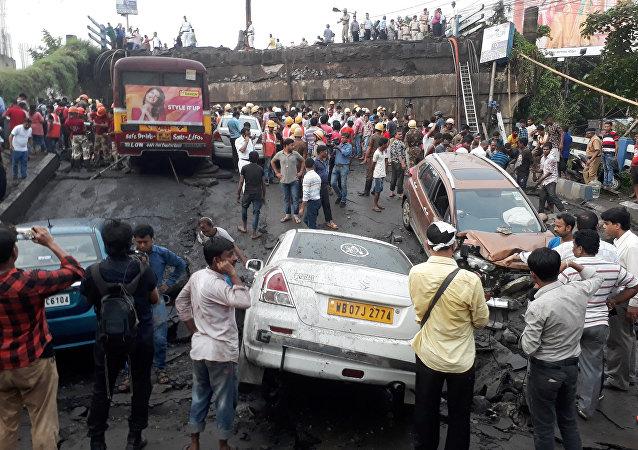 Bomberos y rescatistas en el lugar del puente colapsado en India