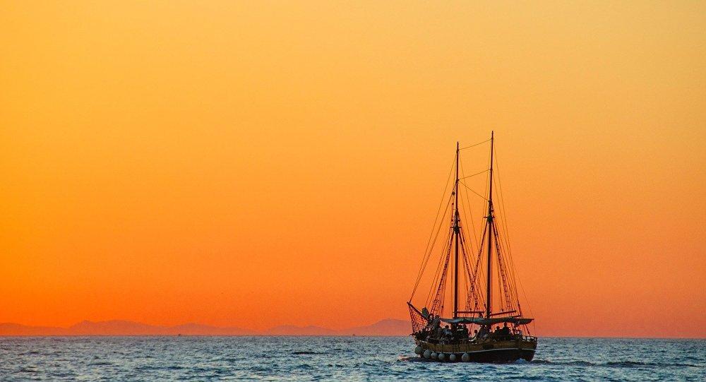 Barco navegando al atardecer (imagen referencial)