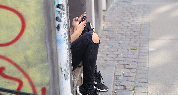 Una adolescente con un smartphone