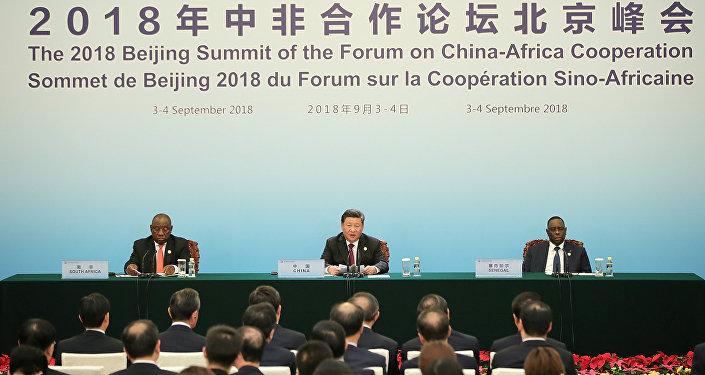 El presidente chino Xi Jinping con el presidente sudafricano Cyril Ramaphosa (izquierda) y el presidente senegalés Macky Sall (derecha) asisten a la cumbre del Foro de Cooperación China-África en 2018