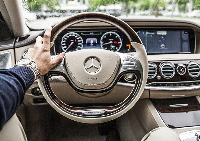 Logo de Mercedes-Benz sobre un volante
