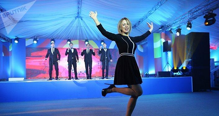 Representante oficial del Ministerio de Asuntos Exteriores de Rusia, María Zajárova, bailando Kalinka en Sochi