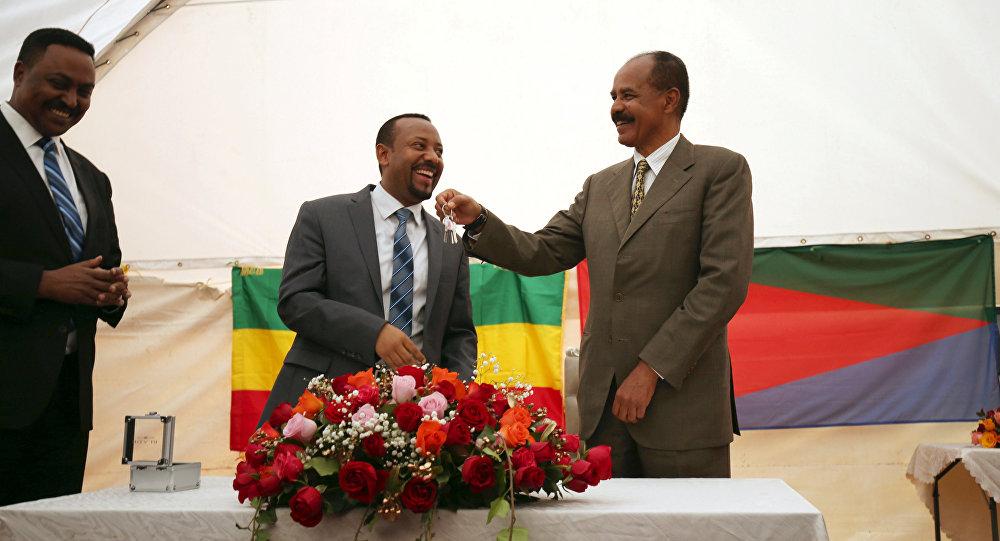 Isaias Afwerki, el presidente de Eritrea, recibe las llaves de Abiy Ahmed Ali, el primer ministro de Etiopía, durante la ceremonia de inauguración de la embajada en Adís Abeba (archivo)