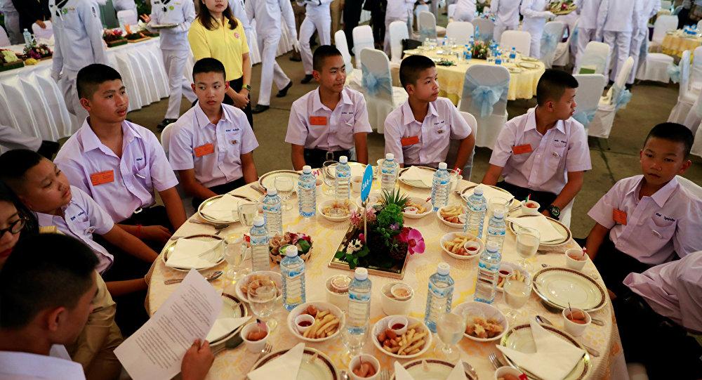 Los niños rescatados de una cueva en Tailandia en la cena (archivo)