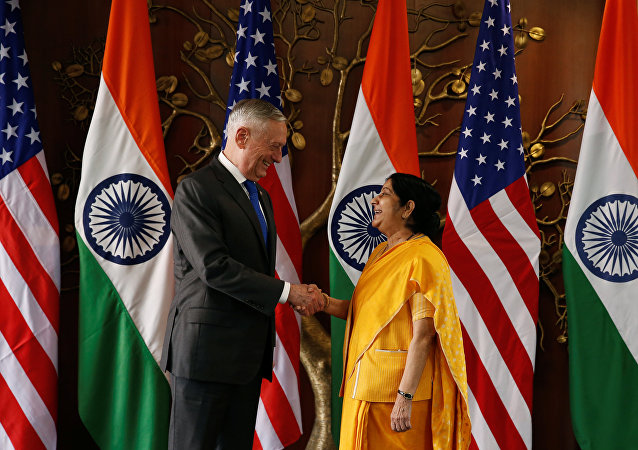 Secretario de Defensa de EEUU, James Mattis, y ministra india de Defensa, Nirmala Sitharaman