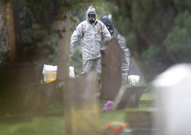 Un miembro de la unidad forense británica inspecciona el cementerio en Salisbury, Reino Unido (archivo)