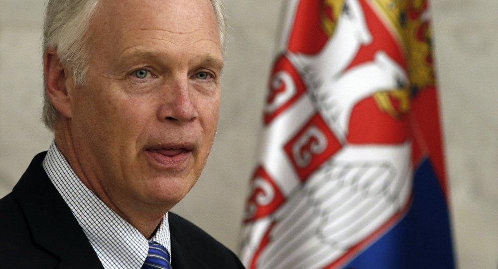 Senador estadounidense Ron Johnson en Serbia (archivo)