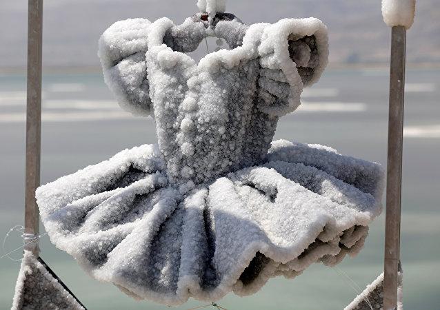 El tutú de una bailarina, convertido en una escultura de 200 kilos de capas de sal, obra de la artista israelí Sigalit Landau