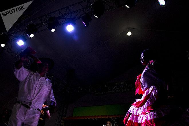 Dos danzantes durante la presentación del conjunto Los Hijos de la Matraca en Son para Milo 2018