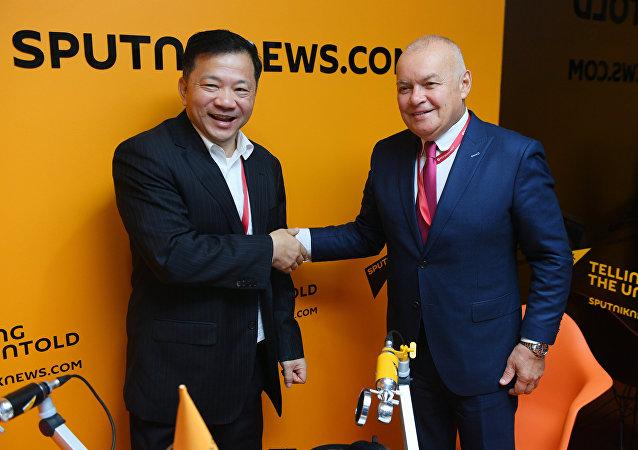 El presidente del Grupo de Medios de China, Shen Haixiong, y el director general de la agencia Rossiya Segodnya (matriz de Sputnik), Dmitri Kiseliov