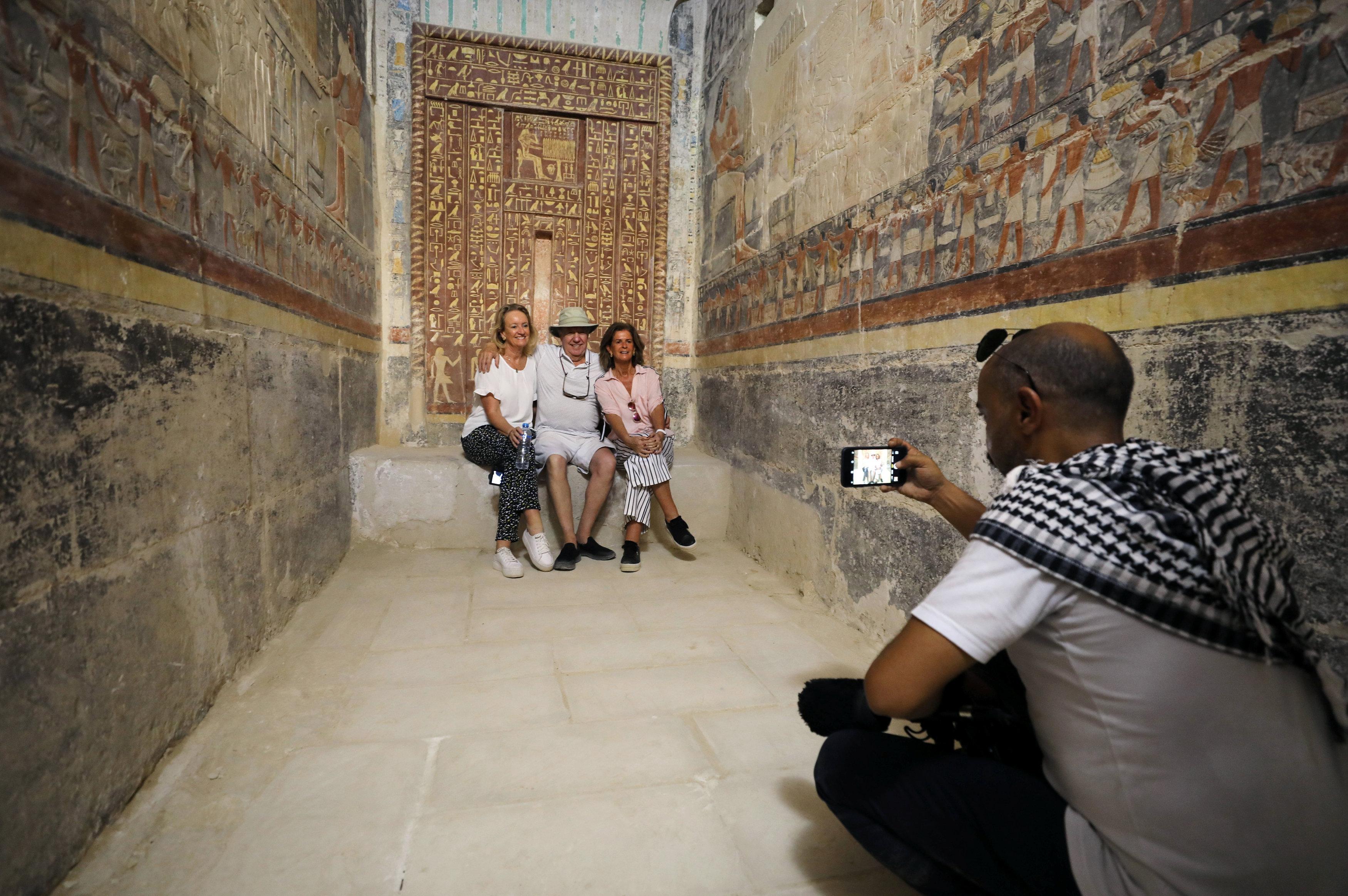Turistas en la tumba de Mehu