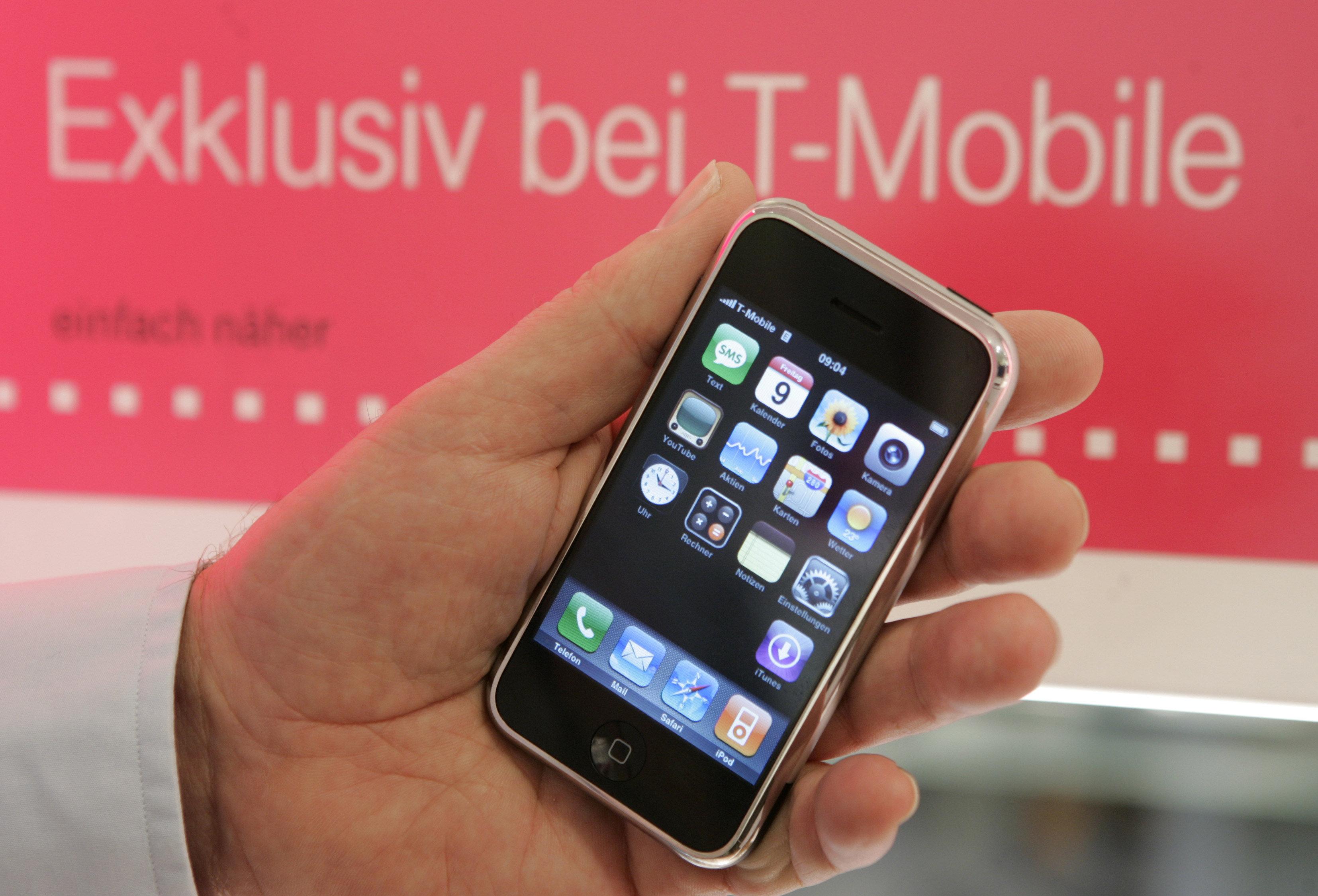 Un iPhone de Apple se vende en una tienda de T-Mobile en Alemania en 2007