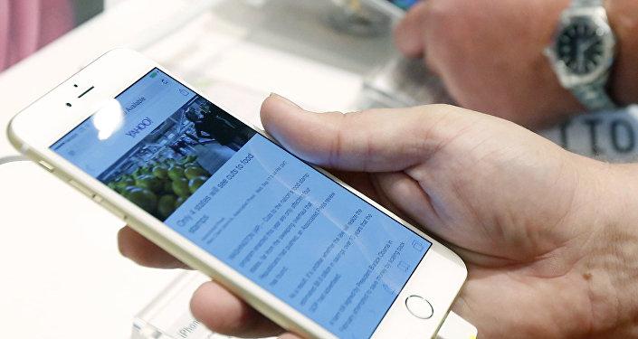Un cliente observa la pantala del iPhone 6 Plus en una tienda de Estados Unidos