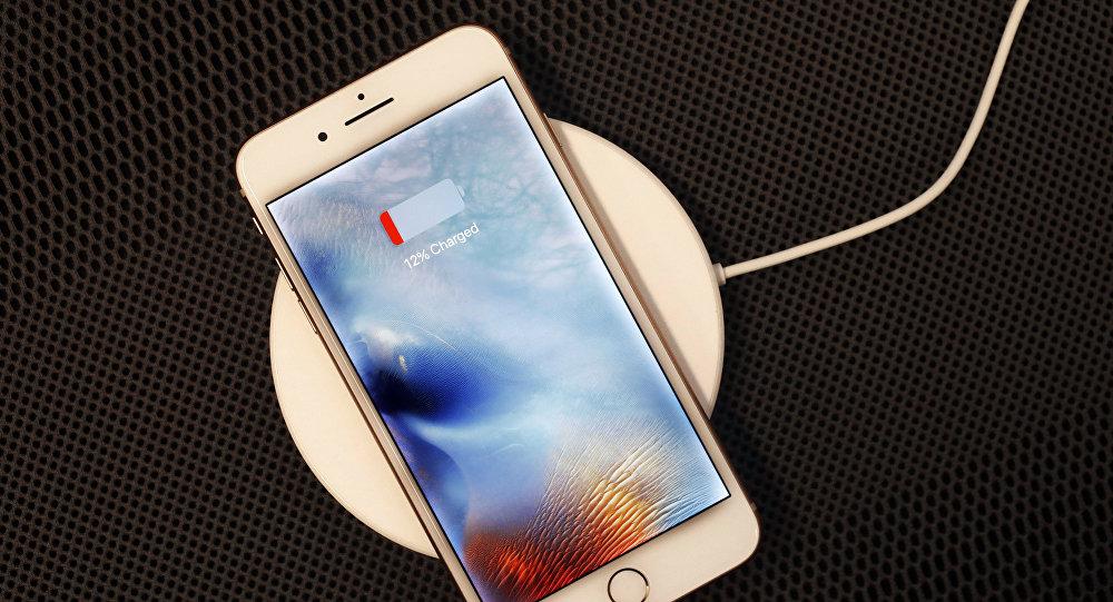 Un iPhone 8 Plus descansa en un cargador inalámbrico en Nueva York.