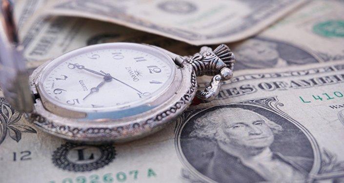 Dólares y un reloj