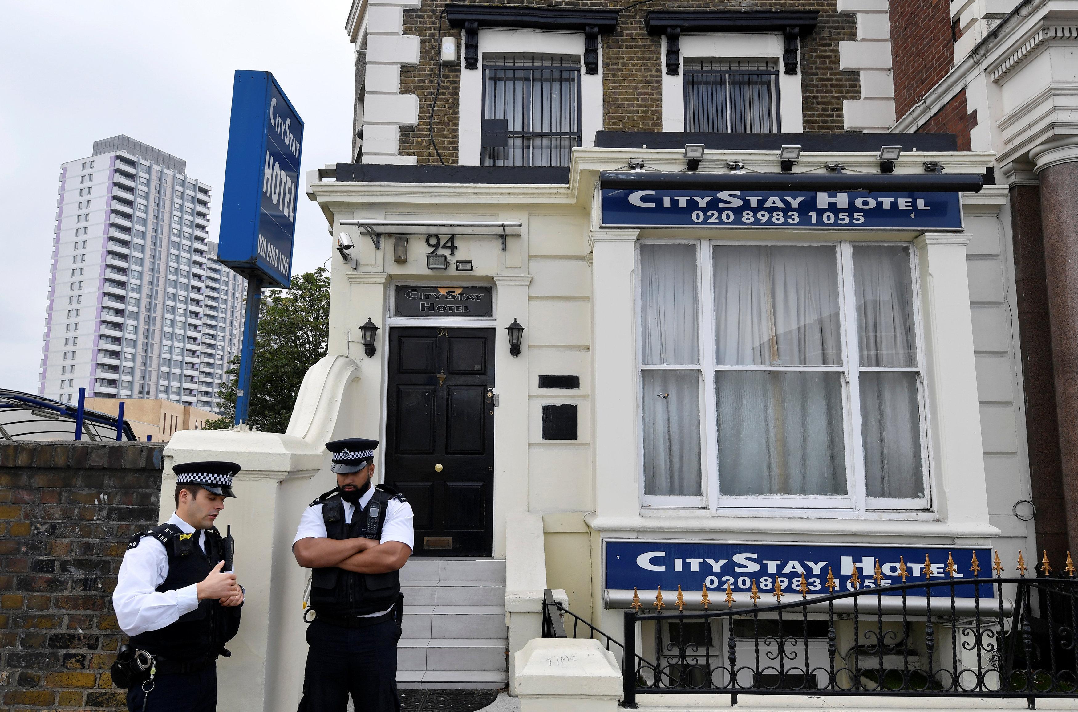 Los policías británicos en la puerta del hotel donde se hospedaron Alexandr Petrov y Ruslán Boshírov