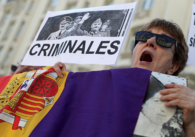 Manifestantes a favor de la exhumación de los restos del dictador Francisco Franco