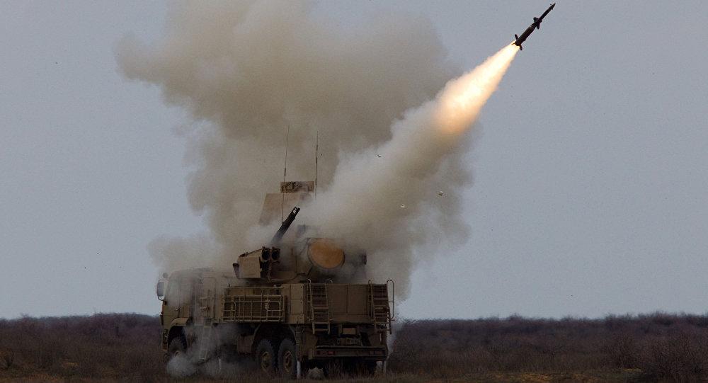 El sistema antiaéreo ruso Pantsir-S lanzando un misil durante unas maniobras