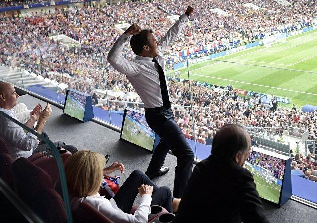 El presidente francés, Emmanuel Macron, celebra el primer gol anotado por la selección francesa durante la final del Mundial de Rusia