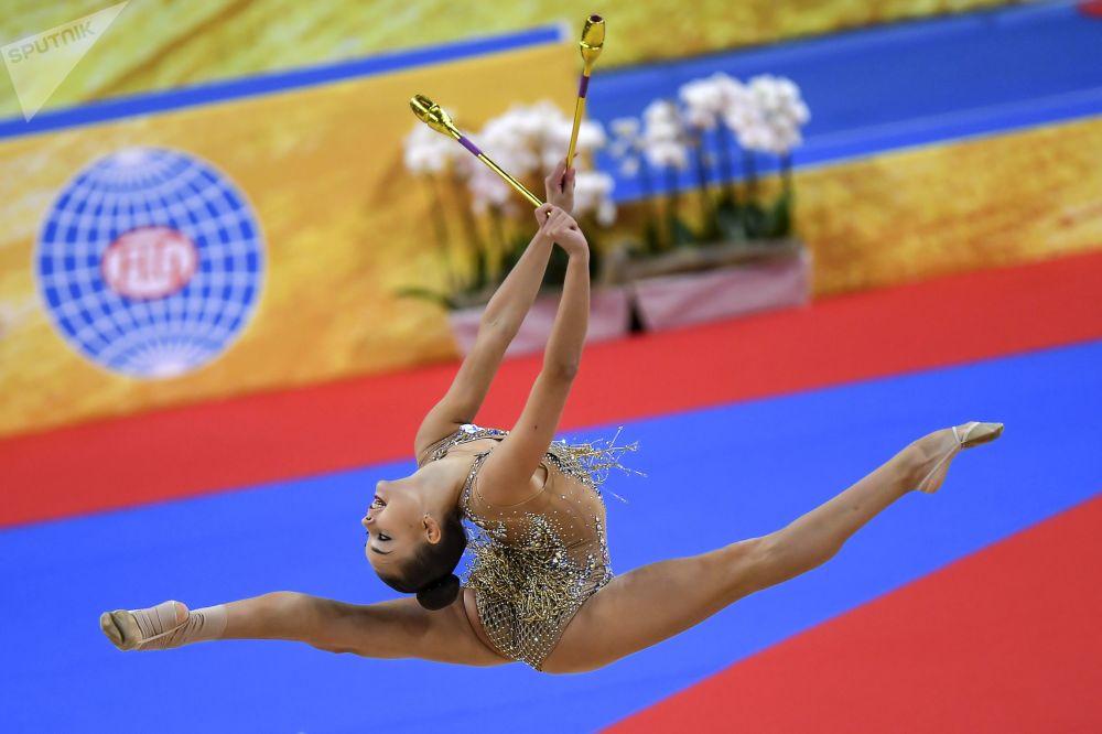 La rusa Dina Averina ejecuta un ejercicio con mazas en la fase final del programa individual del Campeonato Mundial de gimnasia rítmica de Sofía (Bulgaria).