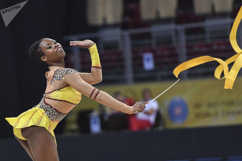 Palesa Mohlamme (Sudáfrica) ejecuta un ejercicio en la fase de clasificación con cinta del programa individual del Campeonato Mundial de gimnasia rítmica de Sofía (Bulgaria).