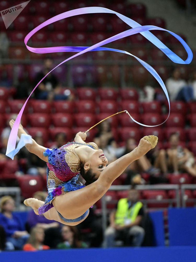 Eleni Kelaiditi compite por Grecia con un ejercicio de cinta durante la fase de clasificación en el programa individual del Campeonato Mundial de gimnasia rítmica de Sofía.