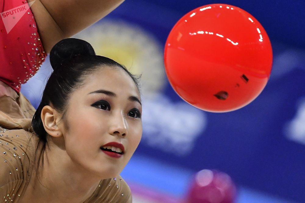 La surcoreana Son Yeon-Jae ejecuta un ejercicio con pelota durante el programa individual del Campeonato Mundial de gimnasia rítmica de Sofía (Bulgaria).