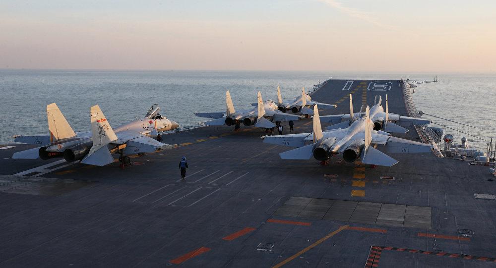 Cazas chinos J-15 en la cubierta del portaviones de Liaoning (archivo)