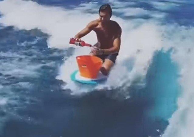 Un bar en medio del mar: este hombre prepara cócteles mientras surfea
