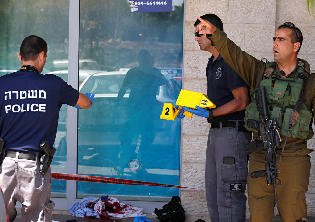 La polícia israelí trabaja en la escena del ataque que le quitó la vida a un colono israelí en Cisjordania