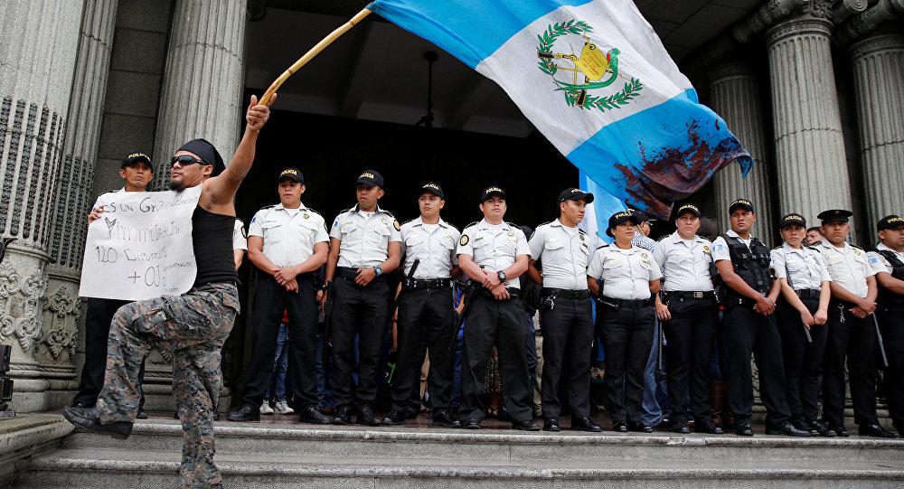 Un manifestante con la bandera de Guatemala