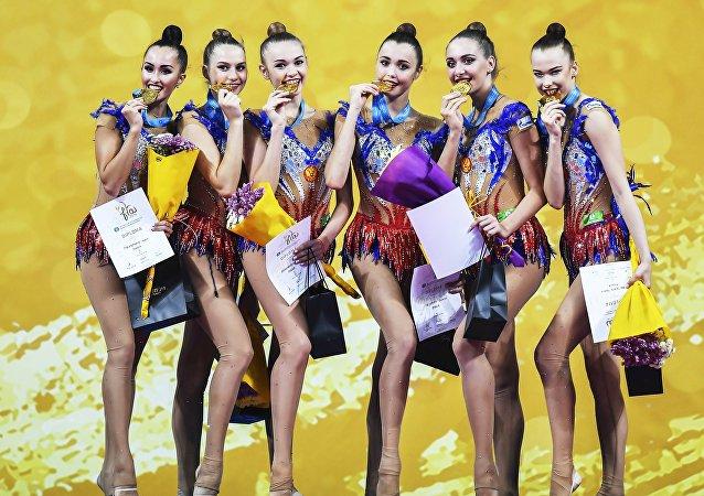Las gimnastas rusas Evgeniya Levanova, Ksenia Polyakova, Anastasia Tatareva, Maria Tolkacheva, Maria Kravtsova y Anastasia Shishmakova (de izquierda a derecha), galardonadas con la medallas de oro en el programa completo de conjuntos en el Campeonato Mundial de gimnasia rítmica 2018