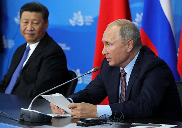 Vladímir Putin, presidente de Rusia, y Xi Jinping, presidente de China, durante el IV Foro Económico Oriental en Vladivostok, Rusia, 11 de septiembre de 2018