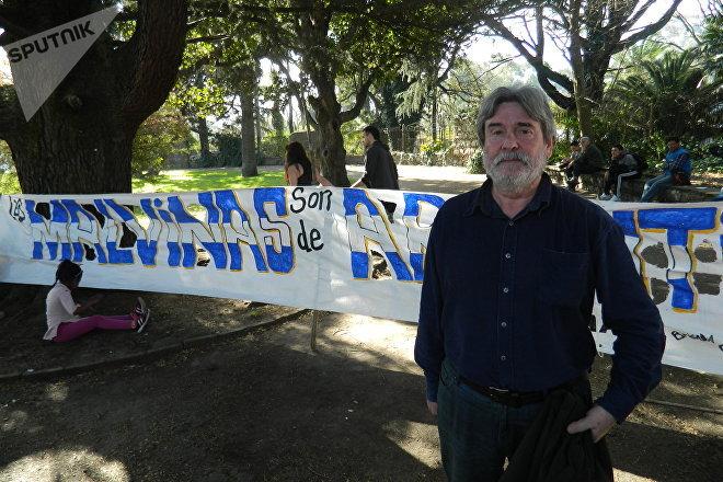 Edgardo Gennari, integrante del partido Por La Victoria del Pueblo, Frente Amplio, se acercó hasta el acto realizado para manifestar su descontento
