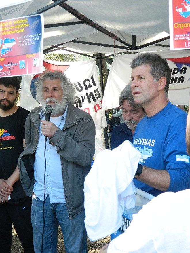 Gustavo Pirich y Edgardo Esteban durante el acto contra el puesto de las Falklands en Uruguay