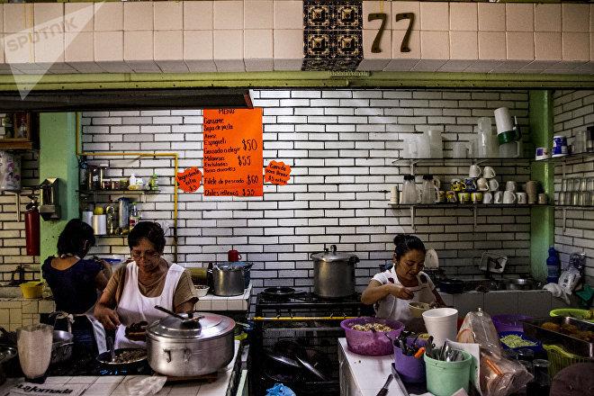 Ángeles, cocinera del Mercado Público Adolfo Ruíz Cortinez, prepara chiles en nogada.