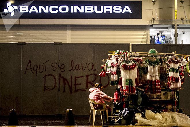 Comerciante vende productos durante las festividades patrias en la Ciudad de México.