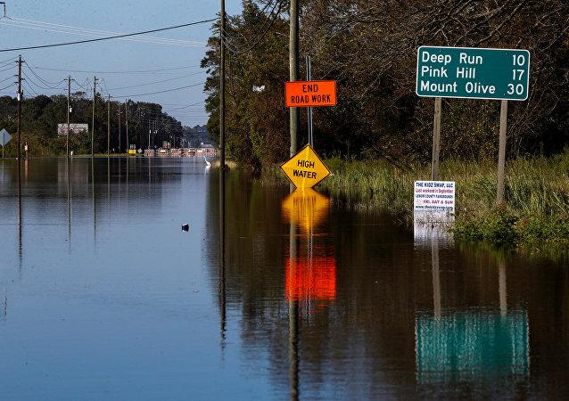 Un camino bloqueado por las aguas de la inundación después del huracán Florence, Carolina del Norte, EEUU