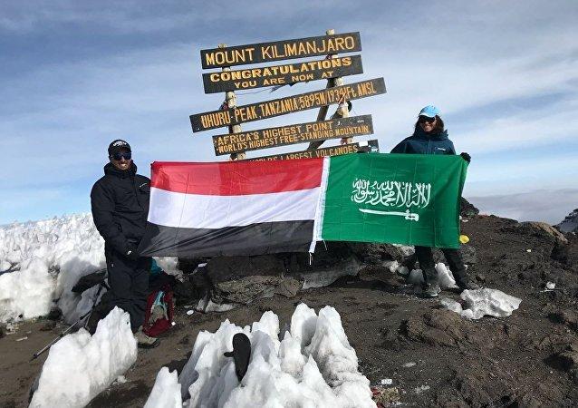 Joloud Fadhli con su hermano durante la escalada del Kilimanjaro