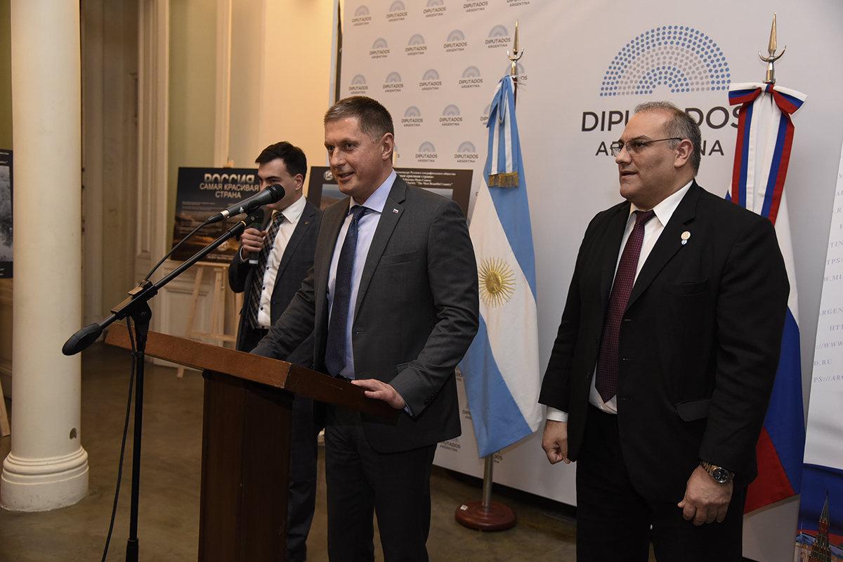 """El embajador de la Federación de Rusia en Argentina, Dmitry Feoktistov, durante la inauguración de la muestra """"Rusia es mucho más"""""""