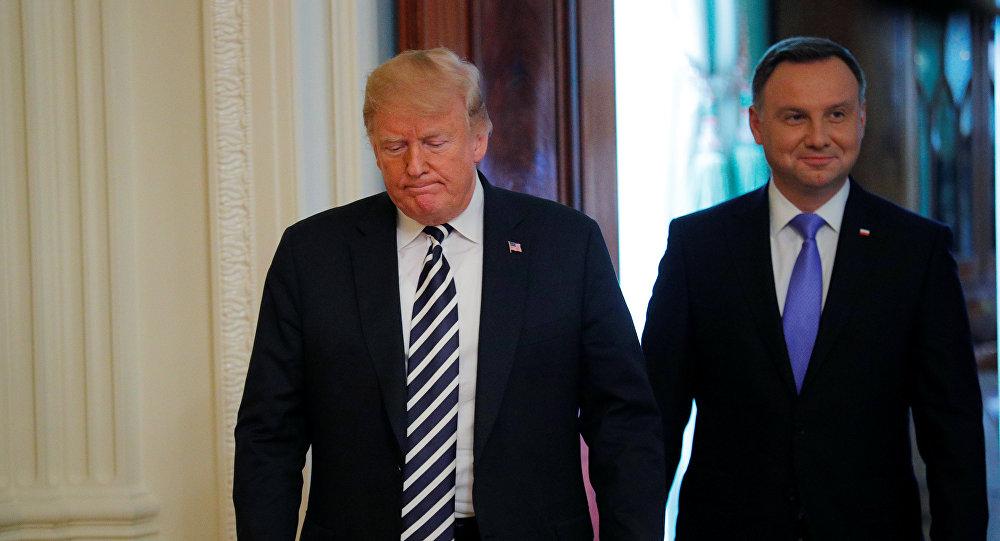 El presidente de EEUU, Donald Trump, llega con el presidente de Polonia, Andrzej Duda, a una conferencia de prensa conjunta
